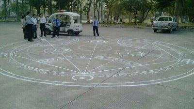 《这是哪个学校学生干的?都惊动警察了…》