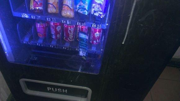 《用45度斜角攻击机械维修法弄好了一台自动售货机。。》
